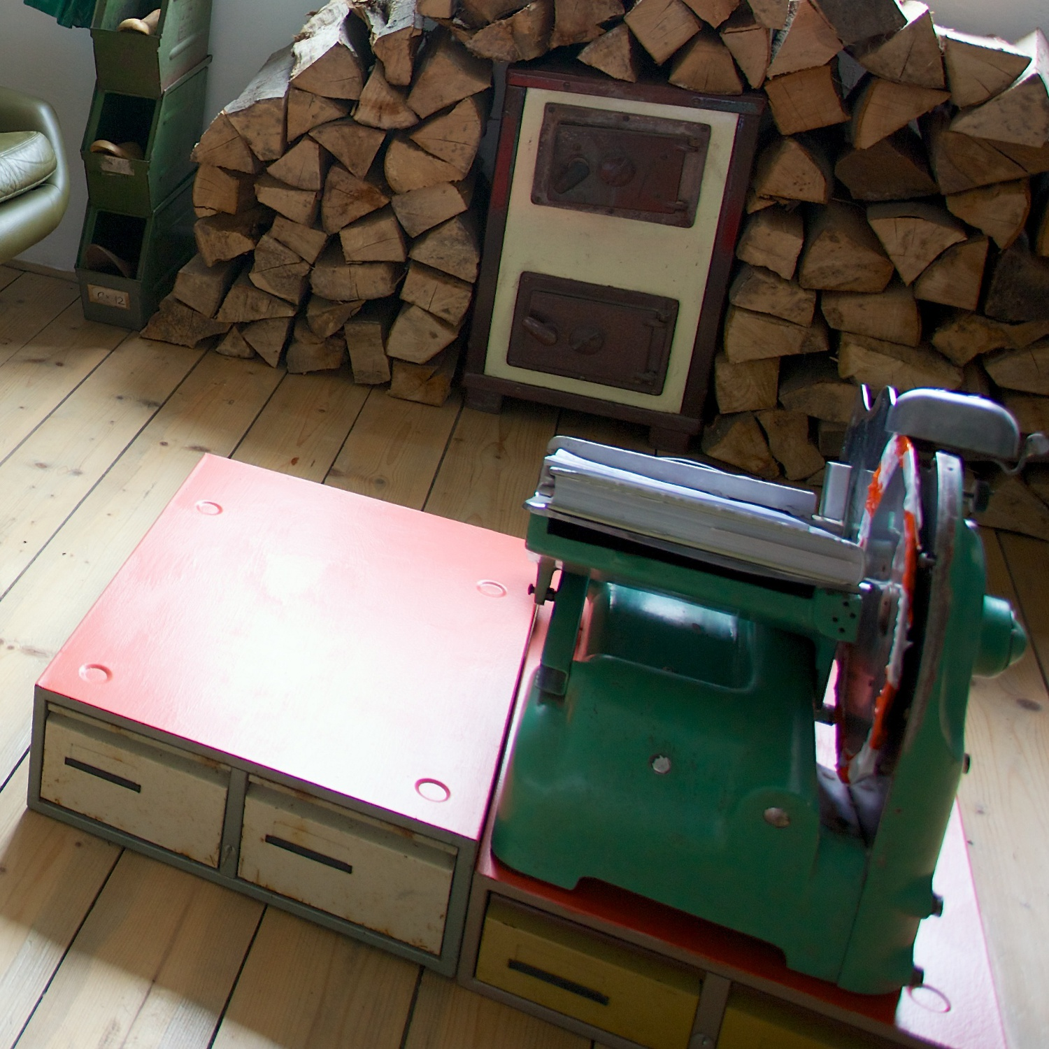 Cutting machine table